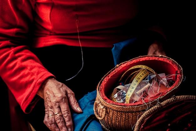 Kit da cucito sulla donna più anziana