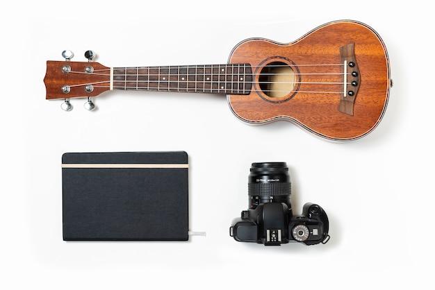 Kit da viaggio musicale con ukulele, diario di viaggio e fotocamera