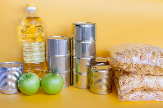 Kit di donazione di cibo per persone con pandemia di coronavirus.