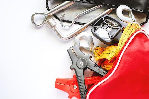 Kit di emergenza auto su sfondo bianco