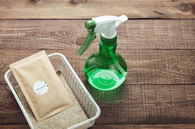 Kit di impianto microgreen. confezione di semi, contenitori di plastica, spruzzatore e tappetino di lino.