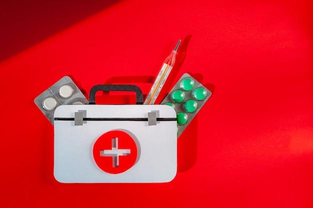 Kit di pronto soccorso con termometro e pillole