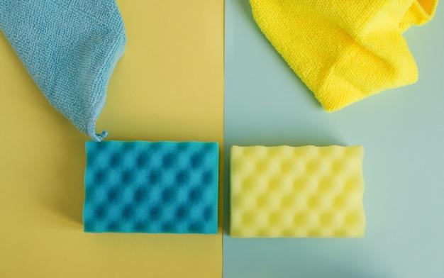 Kit di pulizia del bagno e della cucina, spugne e stracci gialli e blu, concetto di pulizie di primavera