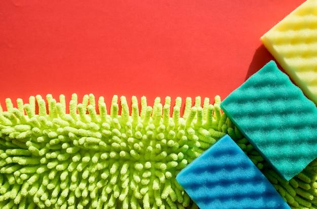 Kit di pulizia isolato sul muro bianco. set di tovaglioli, guanti di gomma e spugne. pulire la casa. detersivi e accessori per la pulizia. concetto di lavoro domestico e di pulizia. copi lo spazio