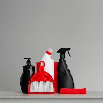 Kit di pulizia rosso e nero su neutro.