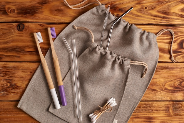 Kit zero rifiuti per shopping, igiene personale e cucina. disteso. sfondo di legno