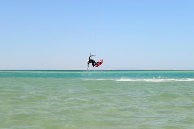 Kite surf uomo salta sul mare