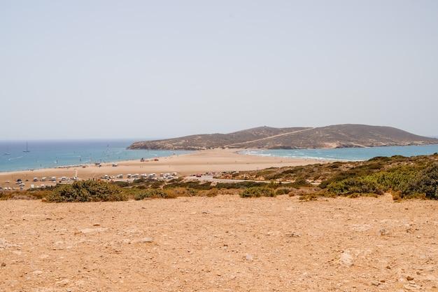 Kite surf, windsurf, mar egeo. spiaggia di sabbia a prasonisi, rodi. concetto di viaggio