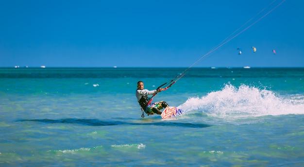 Kitesurfer che scivola sul mar rosso