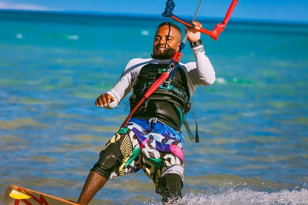 Kitesurfer del primo piano sul mar rosso