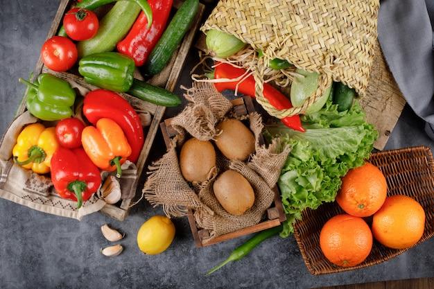 Kiwi, arance e peperoni colorati.