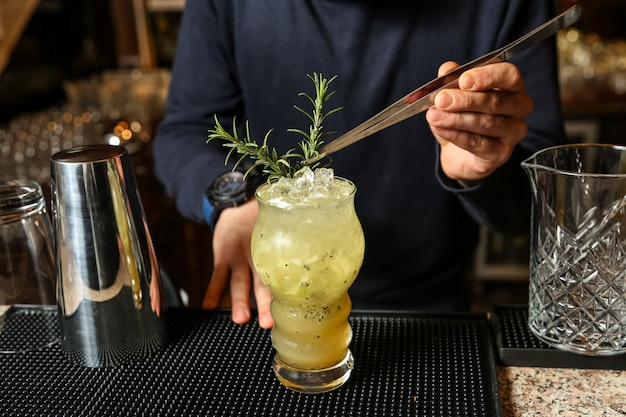 Kiwi cocktail acqua frizzante ghiaccio kiwi syrop limone rosmarino