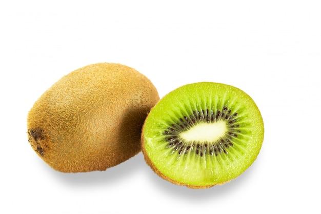 Kiwi con ombra su fondo bianco.