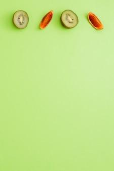 Kiwi di vista superiore con arance