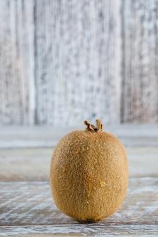 Kiwi fresco su una tavola di legno. vista laterale.