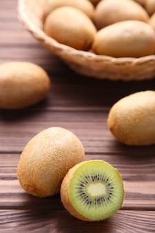 Kiwi in un cestino su priorità bassa marrone
