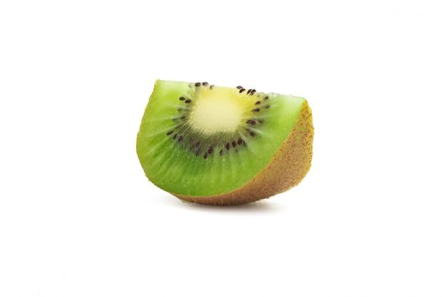 Kiwi maturo affettato isolato su fondo bianco con il percorso di ritaglio