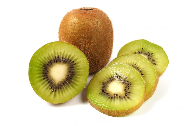 Kiwi succoso su bianco