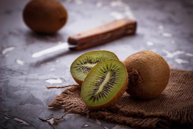 Kiwi verde fresco