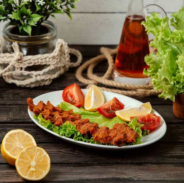 Kofte chiy turco su una tavola di legno