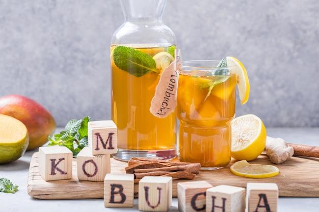 Kombucha sano con limone e cannella.