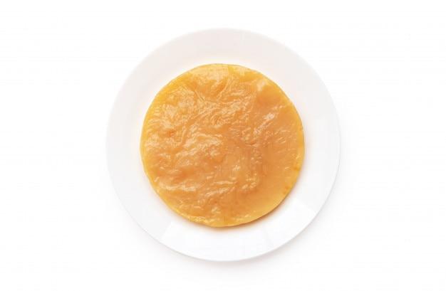 Kombucha scoby sul piatto bianco isolato su sfondo bianco