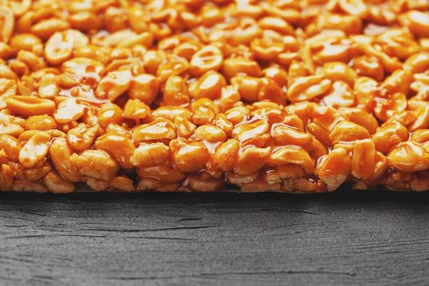 Kozinaki di boletus dorato da barrette energetiche di fagioli di arachidi tostate.
