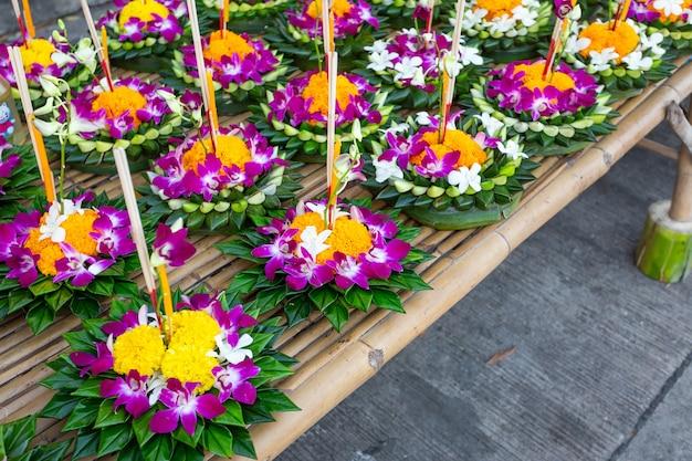 Kratong fatto di schiuma galleggia sull'acqua per il loy krathong festival