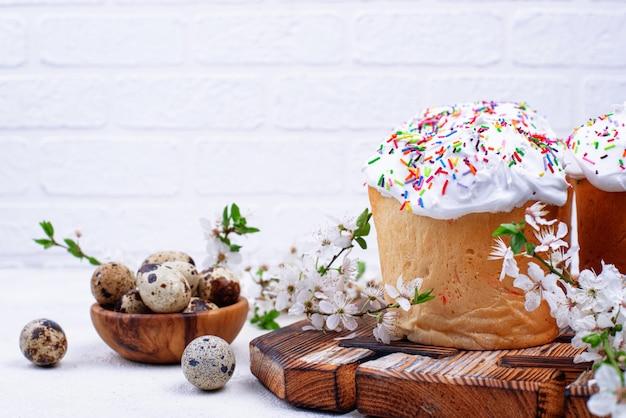 Kulich tradizionale della torta di pasqua con guarnizione