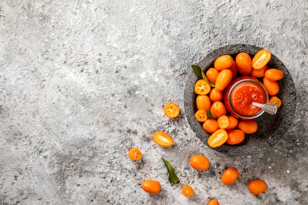 Kumquat jam sullo sfondo grigio. agrumi luminosi.