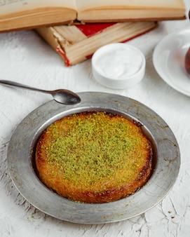 Kunefe da dessert turco condito con pistacchio