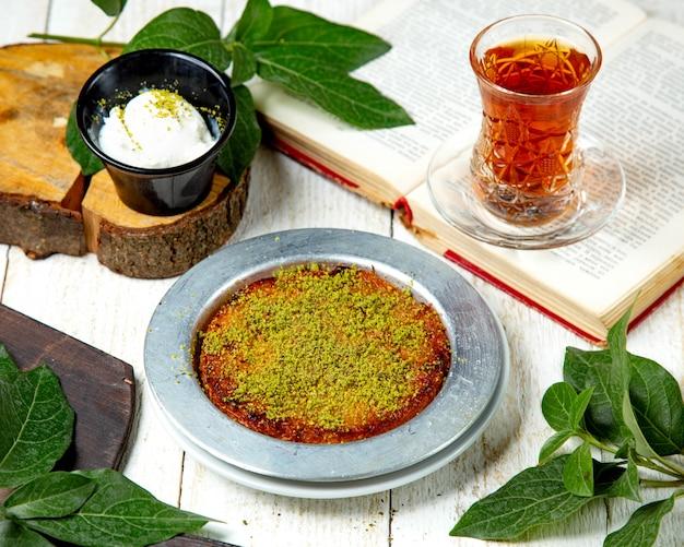 Kunefe turco del dessert con il gelato