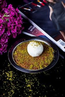 Kunefe turco guarnito con pistacchio e gelato alla vaniglia