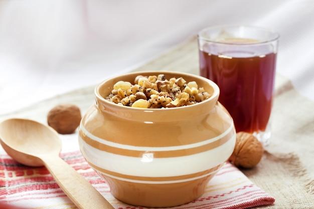 Kutia - budino di grano dolce, il primo piatto tradizionale della cena della vigilia di natale servito nei paesi dell'europa orientale