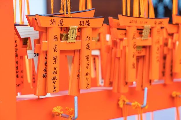 Kyoto, giappone - 23 novembre 2016: tavoli di preghiera ema con tavole torii gates unici a fushimi inari tais