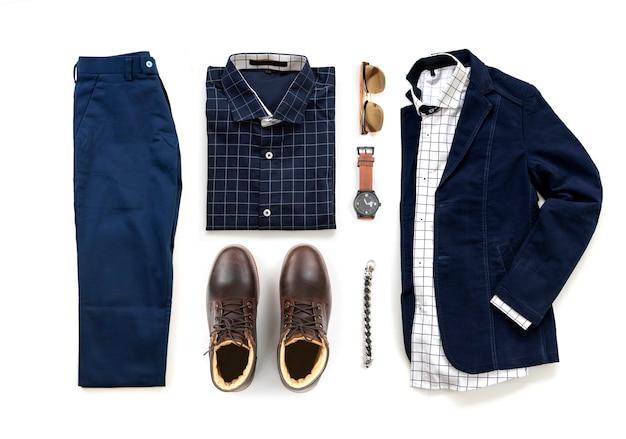 L'abbigliamento degli uomini ha messo con gli stivali marroni, l'orologio, i pantaloni blu, gli occhiali da sole, la camicia dell'ufficio e il rivestimento isolati su un fondo bianco, vista superiore