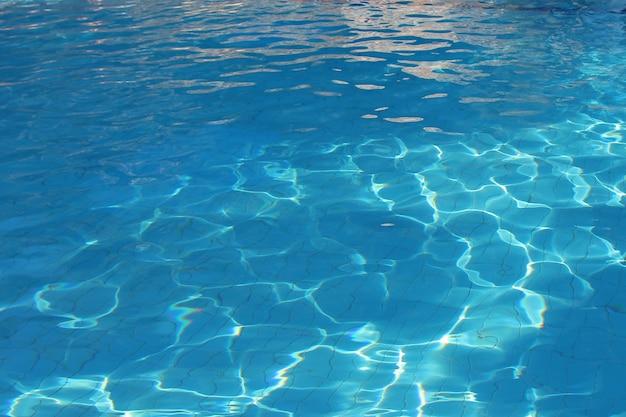L'acqua blu nel primo piano della piscina. copia spazio