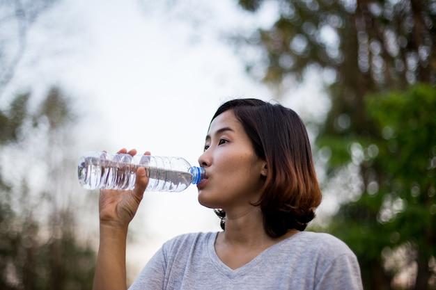 L'acqua potabile della ragazza sportiva carina dopo il suo esercizio