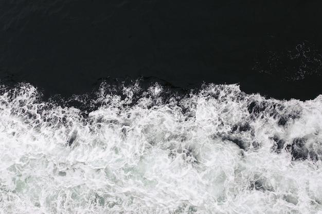 L'acqua schizza nel mare
