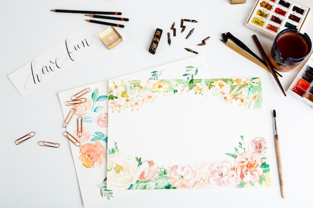 L'acquerello dipinge i dettagli di arte delle spazzole sopra fondo bianco