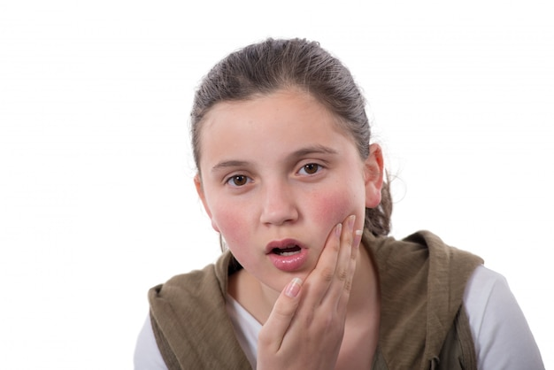 L'adolescente ha un mal di denti isolato su fondo bianco