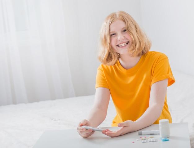 L'adolescente misura il livello di zucchero nel sangue