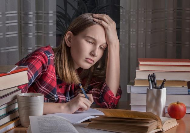 L'adolescente sta facendo i compiti
