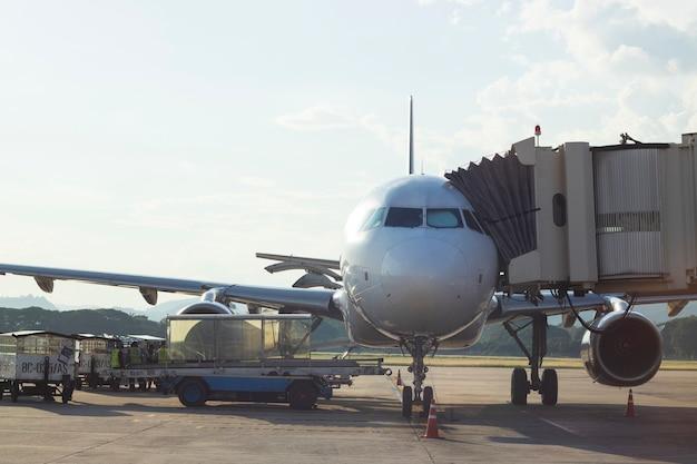 L'aereo aereo prepara il trasporto passeggeri del sacco di carico