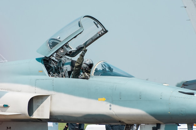 L'aereo da caccia f16 dell'aeronautica tailandese reale si sta muovendo sulla pista di rullaggio si prepara a decollare alla base aeronautica tailandese reale tailandia