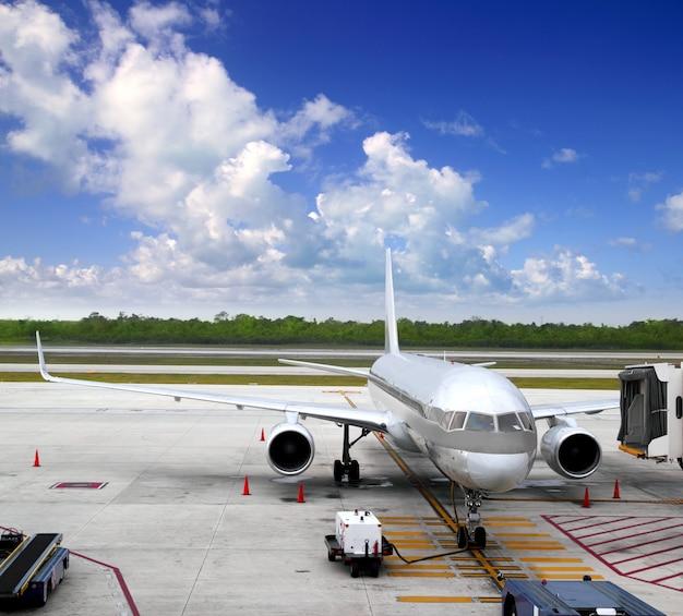 L'aereo dell'aeroplano ha atterrato il cielo blu dell'aeroporto