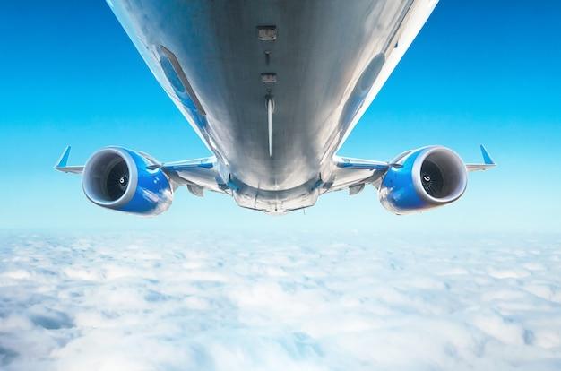 L'aereo è una vista eccellente della vista a livello di volo delle ali e dei motori della vista dal basso