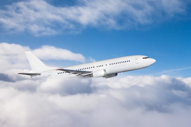 L'aereo guadagna quota volando attraverso un denso strato di nuvole, volo di viaggio.