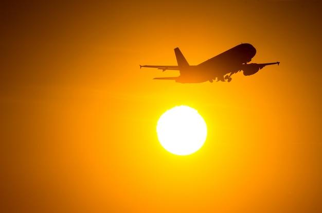 L'aereo passeggeri decolla durante una meravigliosa alba.