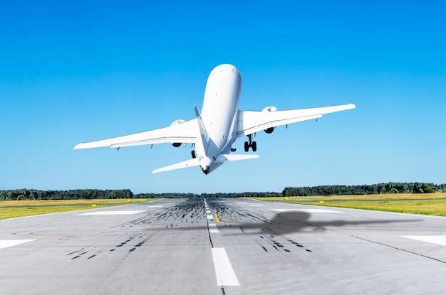 L'aereo passeggeri decolla la pista in aeroporto con un forte vento